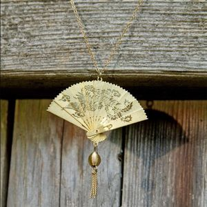 Jewelry - Vintage gold detailed fan necklace